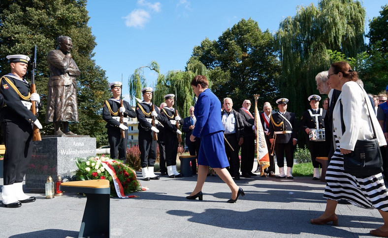 Premier Beata Szydło składa kwiaty przed pomnikiem Anny Walentynowicz