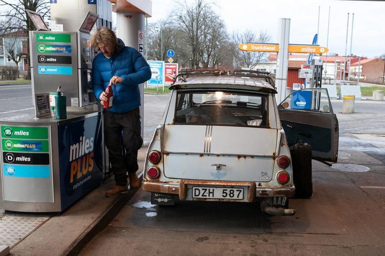 Tankowanie: oprócz benzyny do baku trzeba wlać odpowiednią dawkę oleju. U góry po prawej: usterka na drodze – zgęstniał smar w półosiach. Po konsultacji z fachowcem problem został usunięty