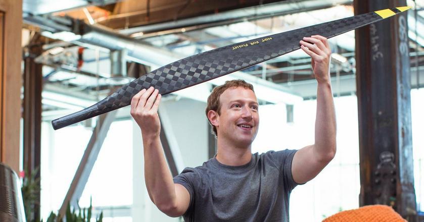 Mark Zuckerberg z modelem dronu, który ma dostarczać internet w regionach, gdzie nie ma dostępu do sieci