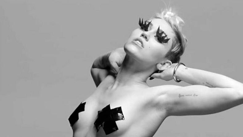"""Młoda gwiazda muzyki pop chciała po raz kolejny zaszokować opinię publiczną utrzymanym w sado-masochistycznych klimatach klipem do piosenki """"Tongue-Tied"""". Efekt osiągnęła, ale już nie tak spektakularny, jak w wypadku """"Wrecking Ball"""", do którego wideo przez pierwszą dobę od premiery obejrzano 19,3 mln razy"""