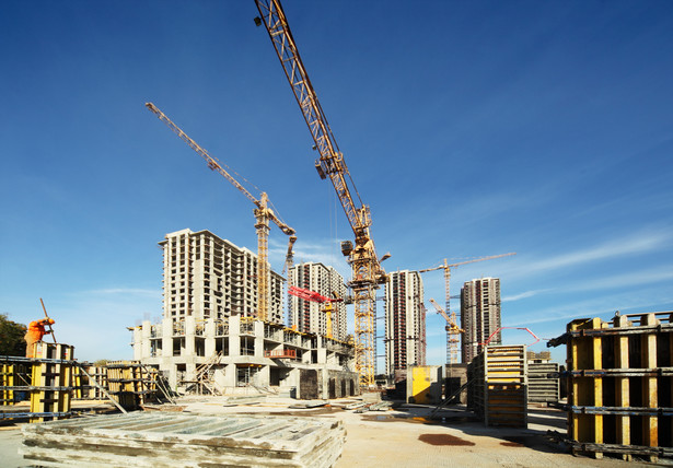 Nowela przygotowana przez resort rozwoju ma na celu uproszczenie procesu inwestycyjnego. Zmiany dotyczą np. takich kwestii jak procedura uzyskiwania odstępstw od przepisów techniczno-budowlanych, zasady sporządzania projektu budowlanego, przeniesienie decyzji pozwolenia na budowę, samowoli budowlanych, uregulowania kwestii nielegalnego użytkowania obiektu, czy doprecyzowania budzących wątpliwości i niejasnych przepisów.