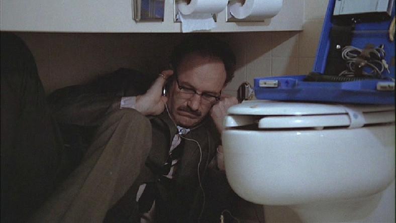 """Nie obchodzi mnie, o czym gadają. Chcę tylko pełnego, wyraźnego nagrania"""" – mówi mistrz podsłuchiwania Harry Caul (Gene Hackman). Nie interesują go własne urodziny, woli bunkrować się samotnie w mieszkaniu z trzema zamkami i alarmem, wieczorami grać na saksofonie, czasem wyskoczyć do kochanki, a za dnia słuchać rozmów obcych ludzi z pomocą wykwalifikowanej ekipy. Harry przestaje wykonywać swój fach czysto mechanicznie, kiedy nagrywa na zlecenie pewną parę i zauważa, niczym w """"Powiększeniu"""" Antonioniego, że za dziwaczną, nieskładną dyskusją kryje się coś bardzo niepokojącego. Rusza go sumienie. Zaczyna rozumieć, że jego praca może wyrządzać krzywdę i po raz pierwszy łamie zasadę obojętności. Nagrodzony Złotą Palmą w Cannes film Coppoli trzyma w napięciu od początku do końca"""