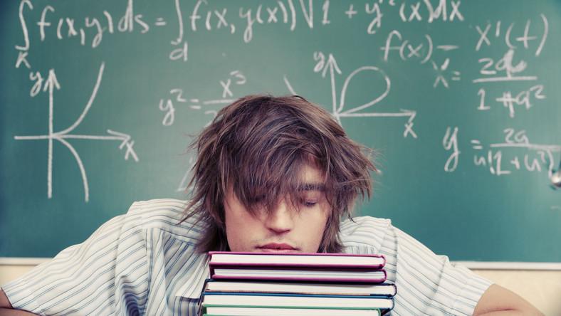 Nastolatek drzemie na lekcji