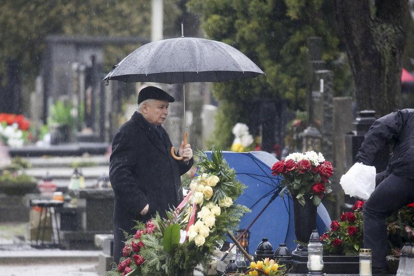 Święta Jarosława Kaczyńskiego zaczynają się na cmentarzu
