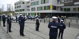 Policjanci zagrali dzieciom pod oknami