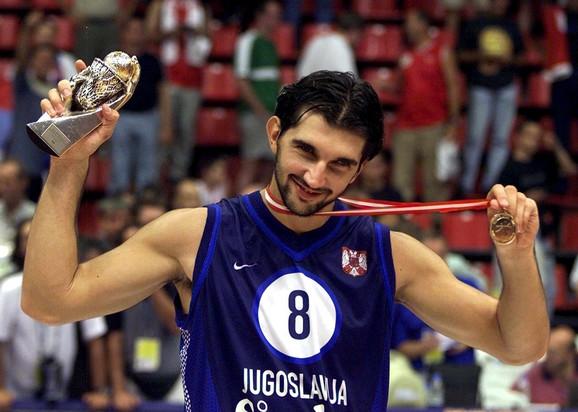 Predrag Stojaković sa MVP trofejom osvojenim na EP u Turskoj 2001. godine
