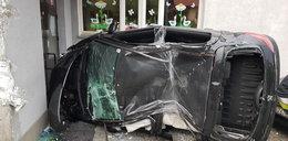 Dramat w Małopolsce. Auto roztrzaskało się o drzwi do szkoły