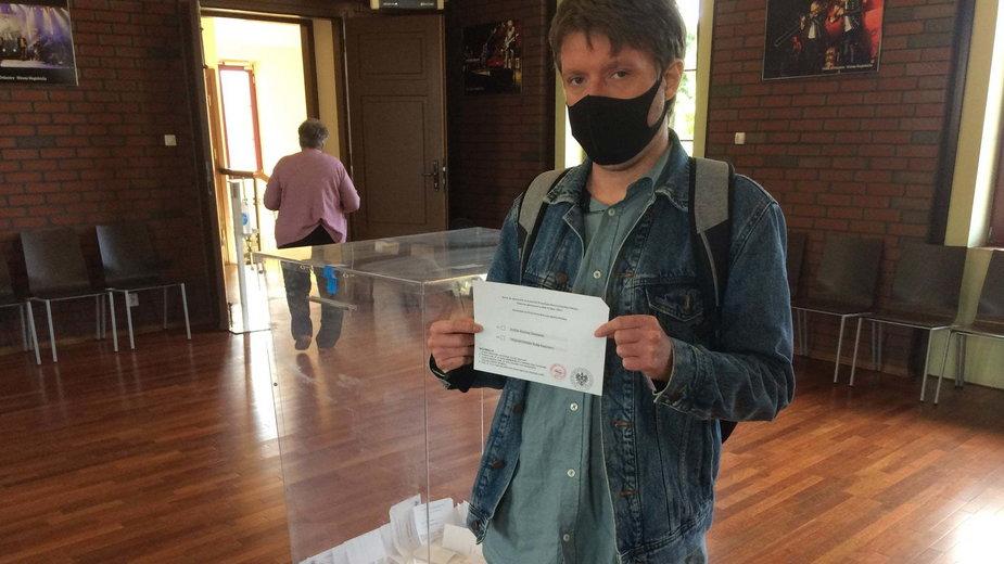 Jacek Tomczyk w lokalu wyborczym