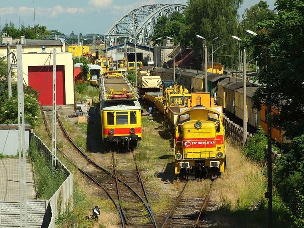 Tabor kolejowy PKP Energetyka w Tczewie, w głębi most w Tczewie / CC 3.0
