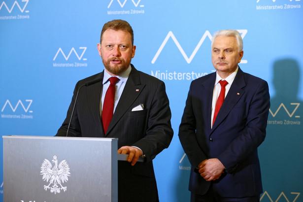 Przez dwa tygodnie pozostańmy w domu i w najbliższym otoczeniu - zaapelował w środę minister zdrowia Łukasz Szumowski. Poinformował, że podstawowa zasada przebywania w społecznej kwarantannie polega na tym, żeby unikać skupisk ludzkich.
