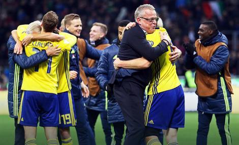Selektor Švedske Jan Anderson slavi sa igračima