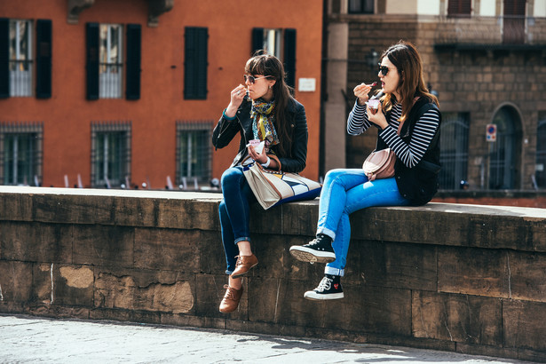 Turystki jedzą lody