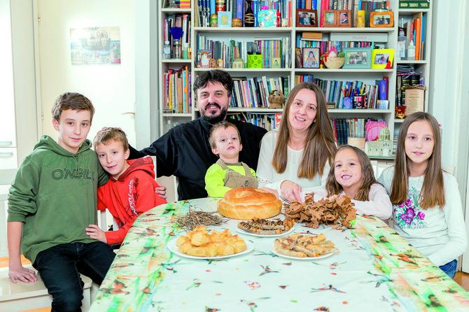 Porodica Tripković: Vasilije, Maksim, Dejan, Jovan, Snežana, Jovana i Nina, sleva nadesno