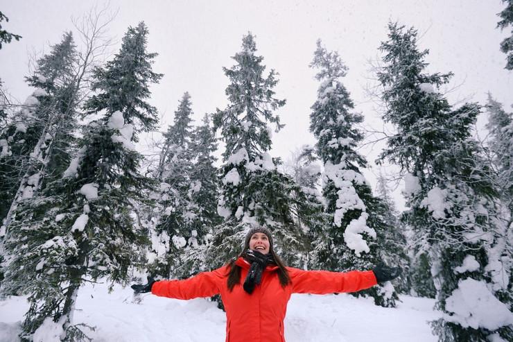 Finska, sneg, sreća, devojka nasmejana na snegu profimedia-0295655134