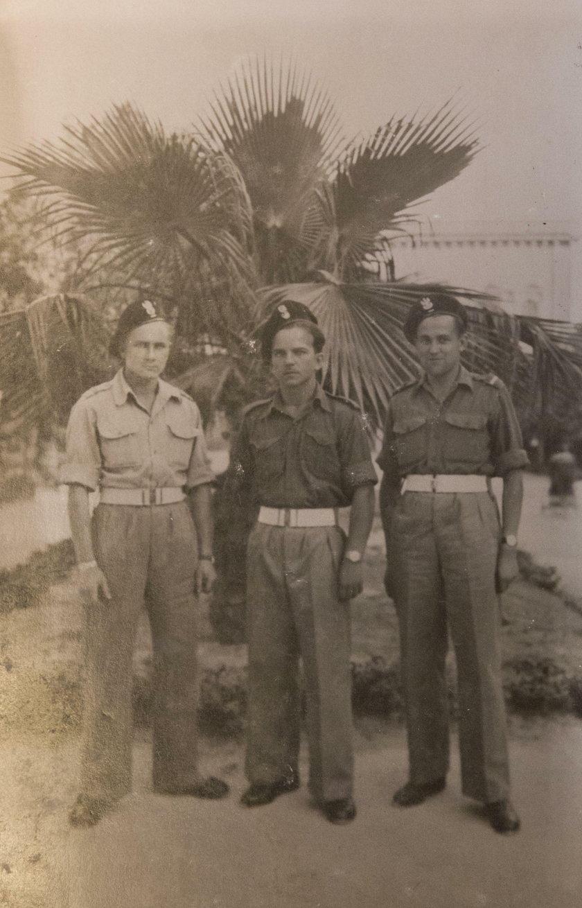kpt. Henryk Bajduszewski z innymi żołnierzami
