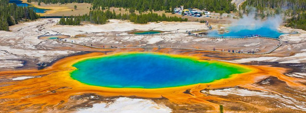 Park Narodowy Yellowstone w USA leży na terenie trzech Stanów: Wyoming, Montana oraz Idaho. Yellowstone jest najstarszym parkiem narodowym na świecie. Na terenie parku można podziwiać m.in.: gejzery, gorące źródła, wulkany błotne oraz wodospady. Atrakcje jakie zapewnia turystom park Yellowstone to przede wszystkim: wspinaczka, spływy kajakowe oraz wędkarstwo.