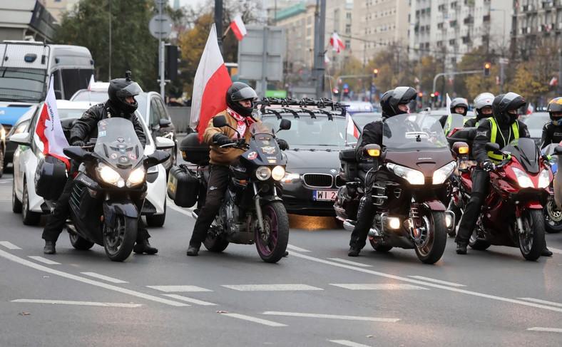 Na ulicach stolicy gromadziły się samochody i motocykle