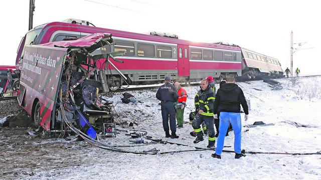 Telo nastradalog putnika pored olipine autobusa nakon sto je na njega naleteo voz