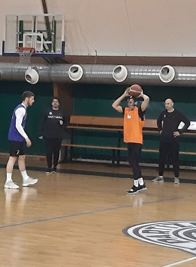 Markus Pejdž sa zaštitnom maskom na treningu Partizana