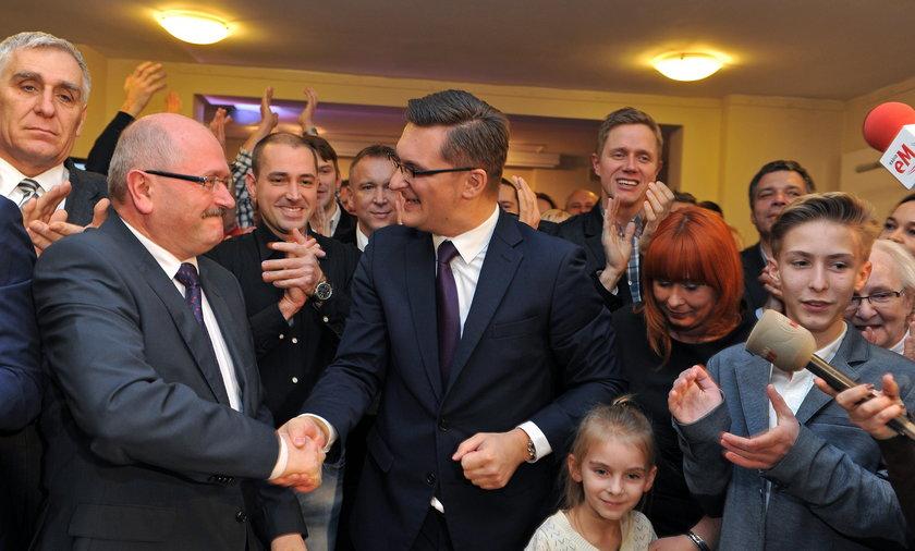 Piotr Uszok gratuluje Marcinowi Krupie wygranej w wyborach samorządowych