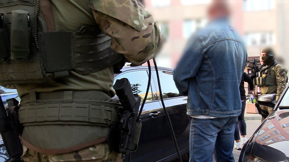 Funkcjonariusze CBŚP rozbili grupę, zajmującą się handlem narkotykami, bronią i kradzieżami rowerów