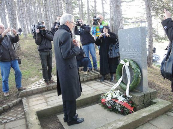 Ambasador SAD Majkl Kirbi polaže venac na grob dr Semjuela Kuka