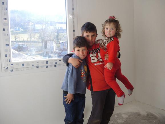 Nemanja ,Viktor i Ana stidljivo poziraju u novoj kući