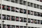 """U fabrici """"ajfona"""" postoji mreža za ZAŠTITU OD SAMOUBISTVA, a ako radnici zakasne sa pauze, sledi PONIŽAVAJUĆA KAZNA"""