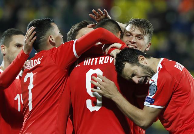 Aleksandar Mitrović proslavlja gol sa saigračima
