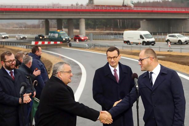Autostrada A1 to kręgosłup komunikacyjny Polski – mówił w poniedziałek premier Mateusz Morawiecki. Towarzyszyli mu Tomasz Żuchowski i Andrzej Adamczyk