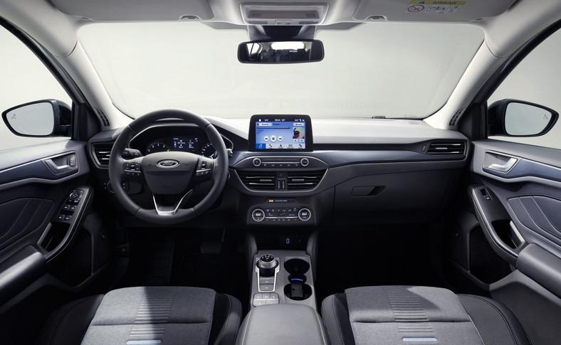 Przy konstrukcji kokpitu wyraźnie ludzie z Forda posłuchali użytkowników, bo wreszcie po stronie pasażera schowek nie ogranicza swobody (w dotychczasowym modelu ta część deski miała wydęty kształt)