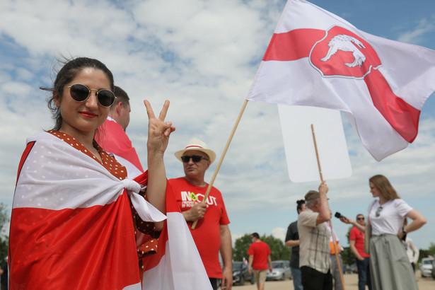 """Bobrowniki, 05.06.2021. Akcja """"Wiec dla wolnej Białorusi! Europo czas działać"""" na polsko-białoruskim przejściu granicznym Bobrowniki - Bierestowica."""
