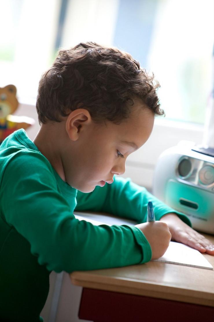 dečak piše