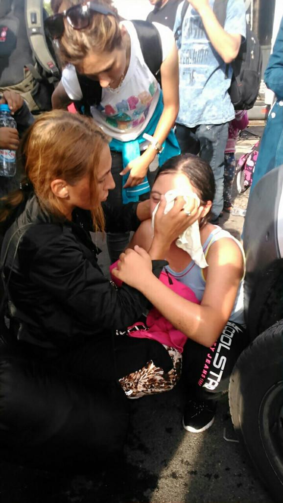 Izbeglice nakon što je policija upotrebila suzavac