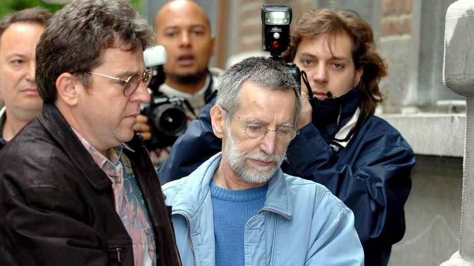 Michel Fourniret (w środku) udaje się do budynku sądu w Dinant. Zdjęcie archiwalne z 01.07.2004 r.