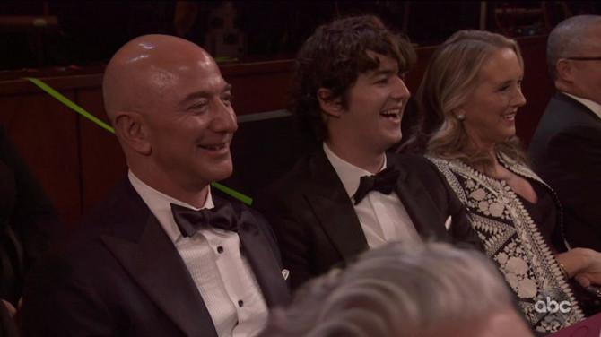 Bezos se kiselo smeškao iz publike