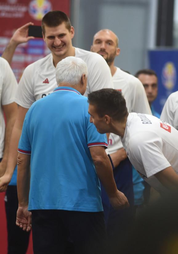 Jokić, Muta Nikolić i Bogdan se valjaju od smeha
