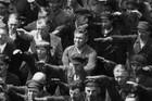 Ovu čuvenu fotografiju sigurno znate, a evo ko je zapravo čovek koji je ODBIO da SALUTIRA Hitleru