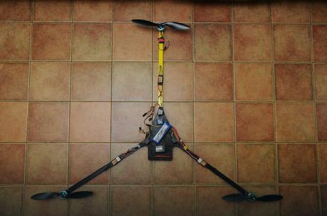 Prvi drveni dron sa tri kamere koji je sam napravio