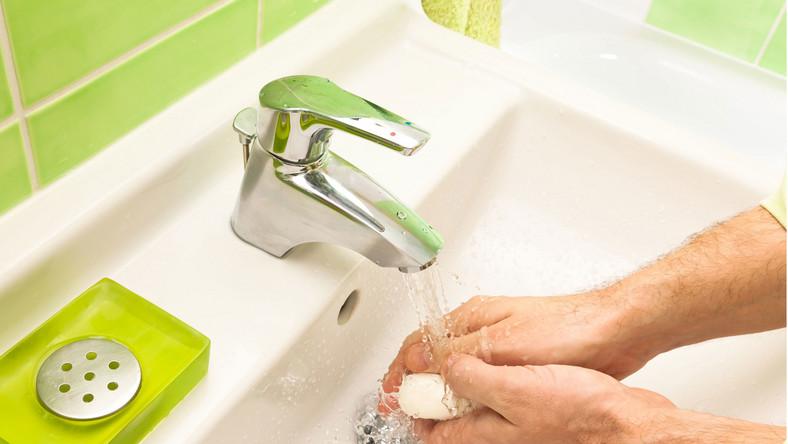 Polacy kłamią, że myją ręce po wyjściu z toalety