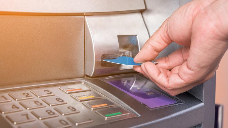 Kiedy klient Bank of America  chciał wypłacić gotówkę, z bankomatu wysunęła się kartka z prośbą o pomoc