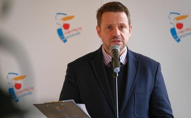 """""""Mimo bardzo napiętej sytuacji budżetowej chcemy pomóc przedsiębiorcom i pracownikom w Warszawie. W związku z tym podjęliśmy decyzję żeby odroczyć płatności czynszu i rozłożyć należności w czasie"""" – powiedział Trzaskowski."""