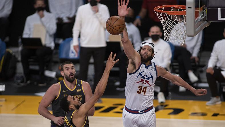 JaVale McGee (Denver Nuggets; P) w trakcie meczu z Los Angeles Lakers w maju 2021 r.
