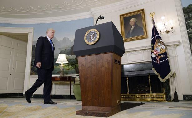 """Trwającym dochodzeniem w sprawie kontaktów osób z otoczenia prezydenta Trumpa z przedstawicielami Rosji kieruje obecnie specjalny prokurator Robert Mueller. Trump wielokrotnie odrzucał te zarzuty, oskarżając przeciwników o urządzanie """"polowania na czarownice""""."""