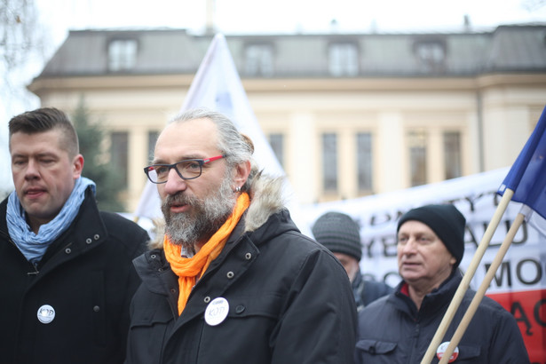 Lider KOD Mateusz Kijowski oraz członek zarządu KOD Jarosław Marciniak przed siedzibą Trybunału Konstytucyjnego.