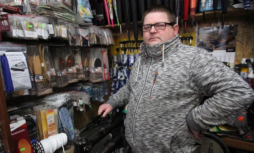 Krzysztof Iwonicki prowadzi zakład szewski w Kołobrzegu. Na pomoc z tarczy nie ma co liczyć.