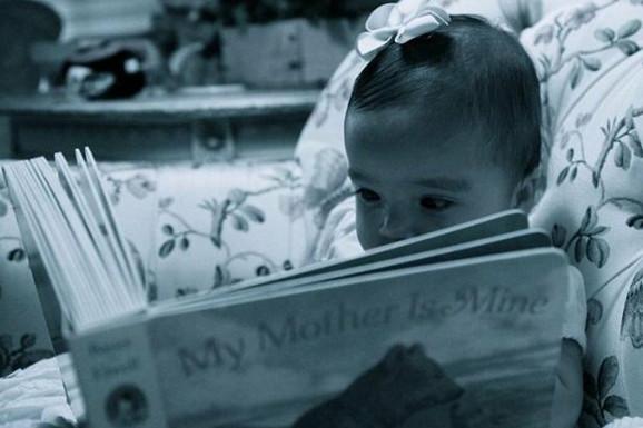 Ro je pozirala sa knjigom