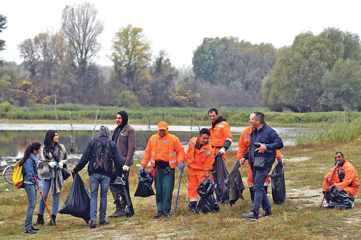 """udarnički: radnici """"Čistoće"""" i volonteri na šodrošu"""
