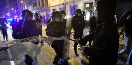 Protesty w Barcelonie. Reporter trafiony w głowę butelką