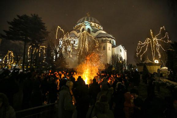 Paljenje badnjaka ispred Hrama Svetog Save